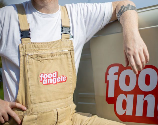 ein Mitarbeiter des Logistiksystems der Foodangels